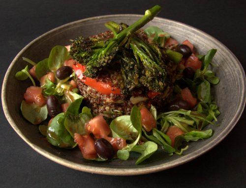 Ensalada templada de quinoa roja con bimi